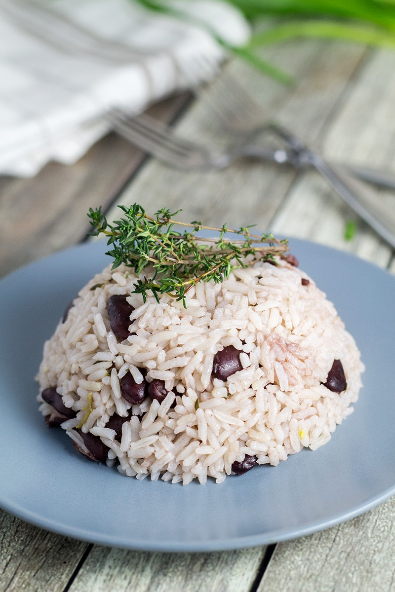 If you haven't tried Jamaican rice and peas yet, then you must be living on the moon. Mildly sweet coconut rice with a kick of the pepper, yum! | cookingtheglobe.com