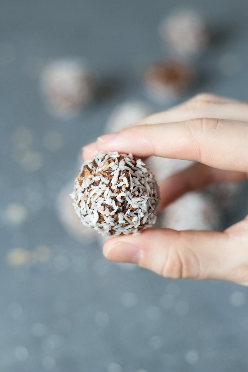 These Swedish Chocolate Coconut balls are perfect for lazy days. They are no-bake and require only 15 minutes to make! | cookingtheglobe.com