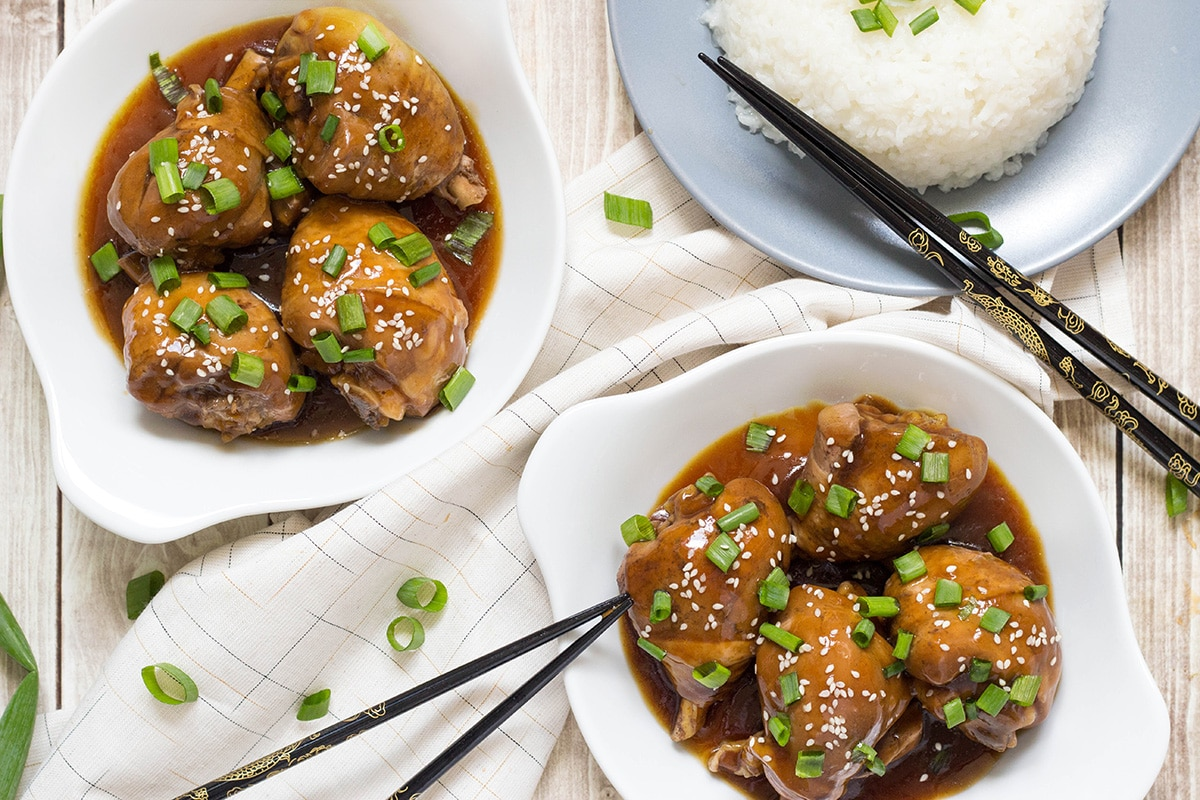Hawaiian Shoyu Chicken is an Asian inspired dish where poultry is simmered in a fantastic soy based sauce. This one is really easy and quick to make. Perfect weeknight dinner! | cookingtheglobe.com