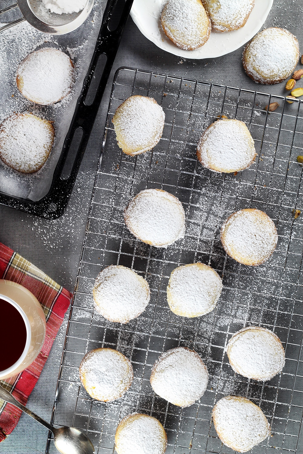 12 Amazing Christmas Recipes From Around The World for your holiday table. Everything from drinks and desserts to main dishes! #Christmas   cookingtheglobe.com