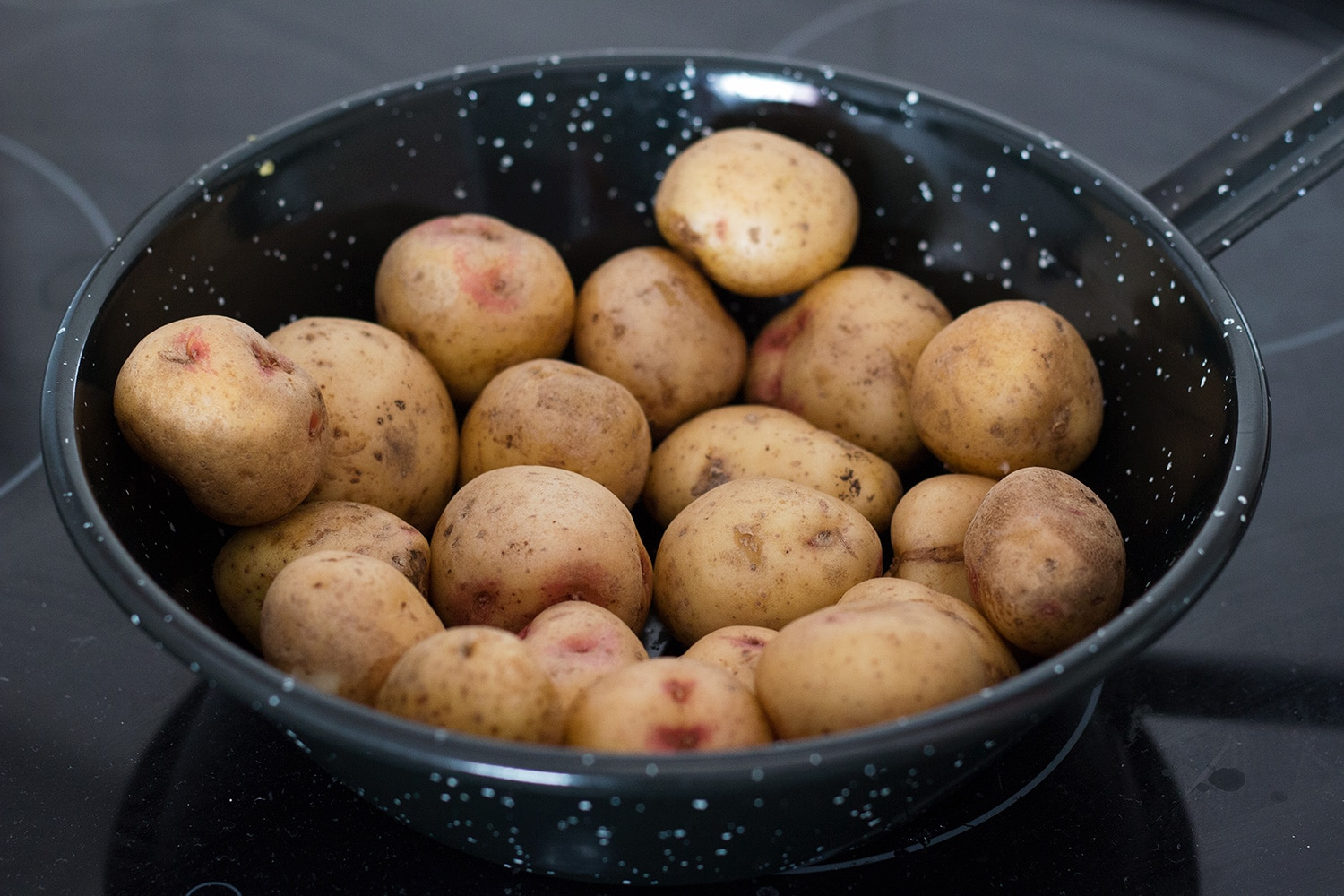 Canarian Wrinkly Potatoes (Papas Arrugadas) make a perfect side dish to any meal. They are really easy to make and require only 2 ingredients! | cookingtheglobe.com
